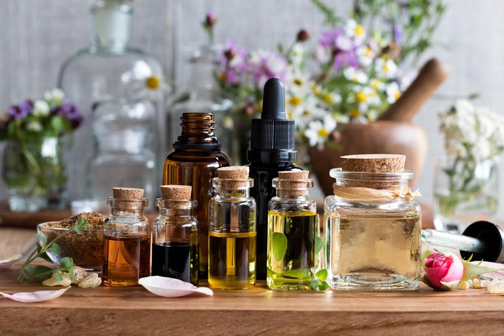 Read more about the article Comment les huiles essentielles favorisent la restauration de vos cheveux ?